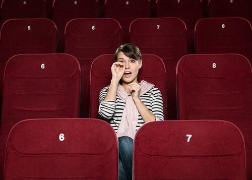 Mujer llorando en el cine
