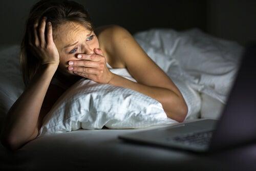 Mujer llorando viendo una película