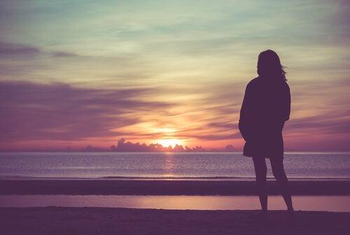 Resultado de imagen de persona mirando al horizonte