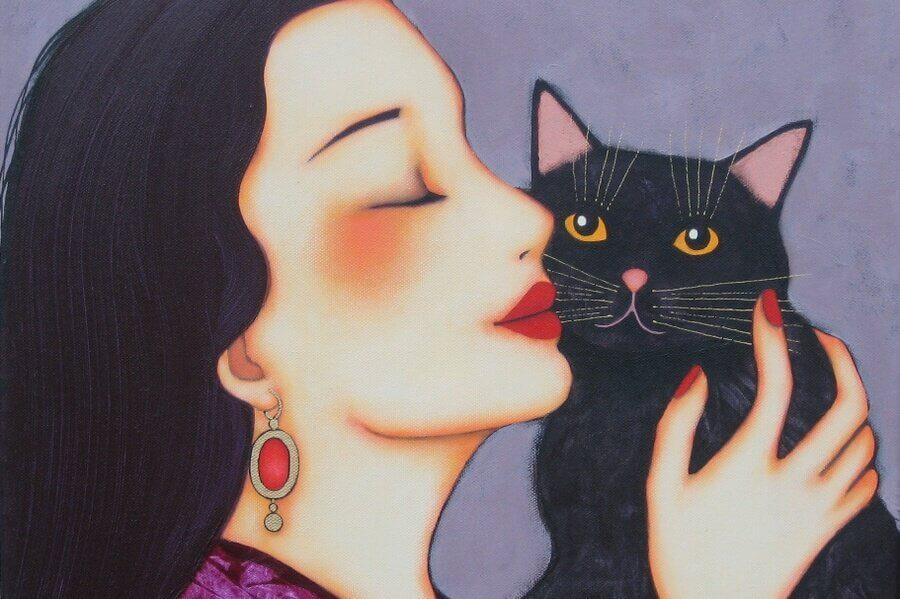 Mujer sonriendo abrazando a un gato