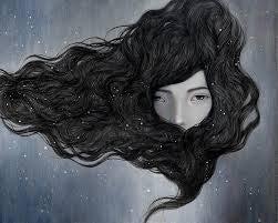Mujer tapándose la cara con su pelo