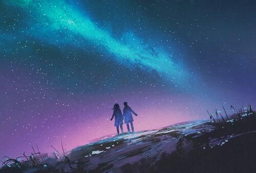 Pareja paseando por la noche