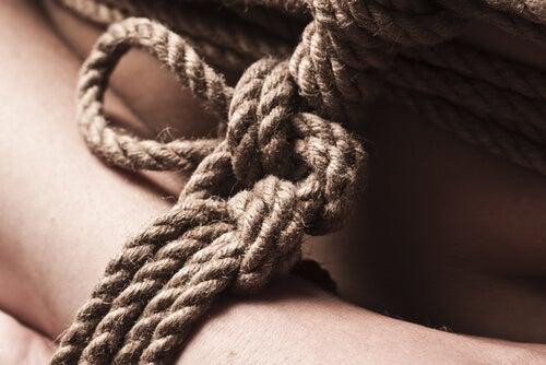 Persona con cuerdas