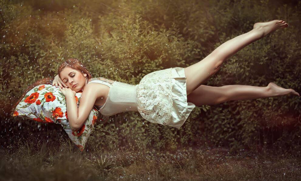 Mujer con los ojos cerrados sobre almohada