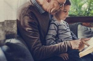 Abuelos que cuidan de sus nietos