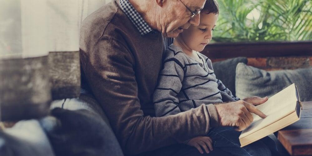 Resultado de imagen para abuelo y nieto leyendo