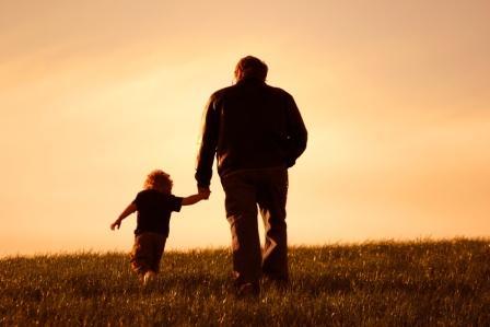 Abuelo y nieto de espaldas
