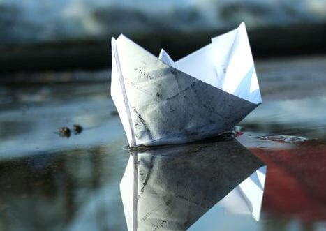 Barco de papel en el agua simbolizando terapia