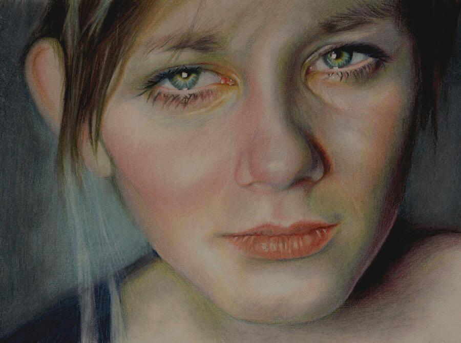 Chica con cara de tristeza, una de las seis emociones básicas