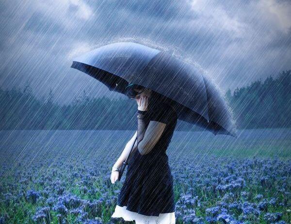 chica con paraguas pensando en ser independiente