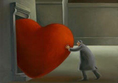 Hombre empujando un corazón para que entre por una puerta