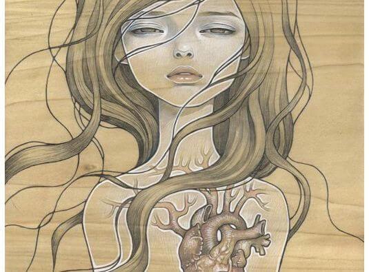 Mujer con un corazón mostrando heridas emocionales