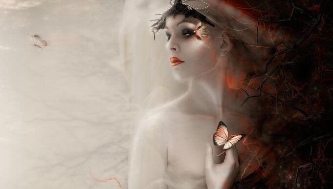 Mujer con mariposa en la mano