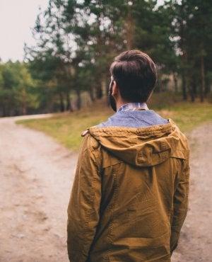 Hombre ante dos caminos