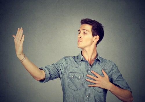 Hombre orgulloso representando si eres un narcisista