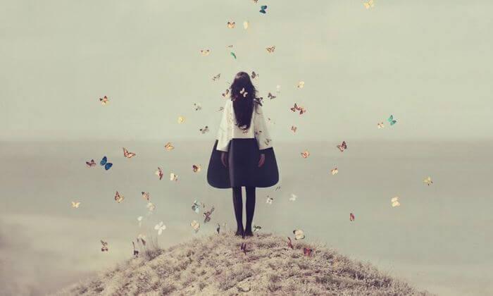 joven rodeada de mariposas
