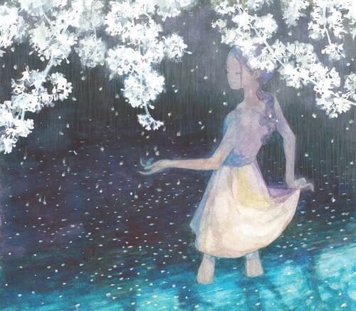 mujer bajo flores blancas disfrutando de ser feliz