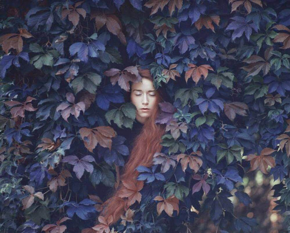 Mujer con los ojos cerrados huyendo de problemas