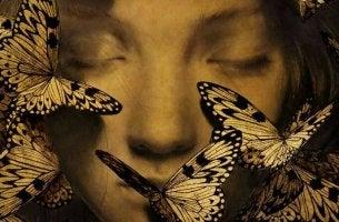 Mujer con los ojos cerrados rodeada de mariposas