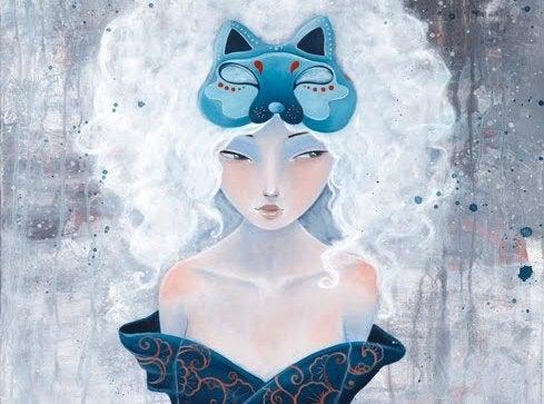 Mujer con una máscara azul en la cabeza