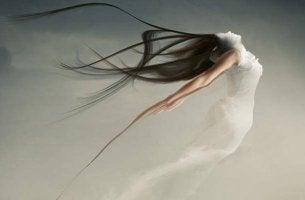 Mujer con vestido blanco y negro