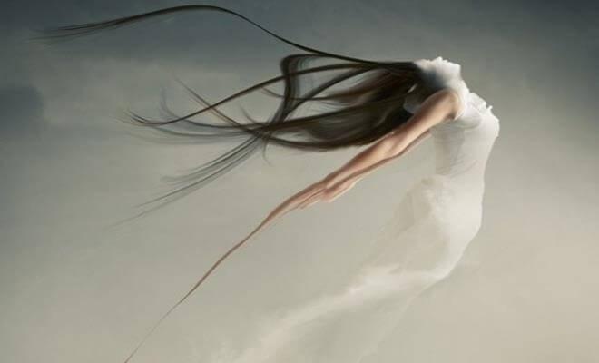 mujer con vestido blanco emitiendo un grito
