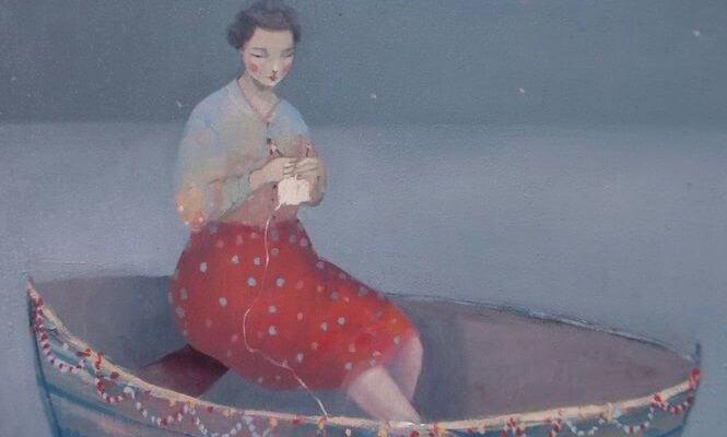 Mujer triste y sola con miedo en un barco