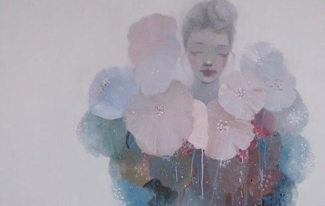 mujer en fondo gris rodeada de flores