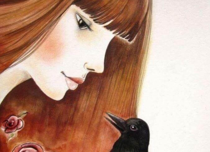 Mujer mirando a un cuervo