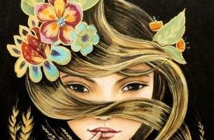 Mujer enredada en su pelo rubio con flores