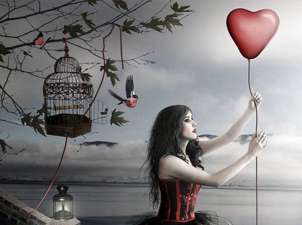 mujer sujetando un glovo en forma de corazón