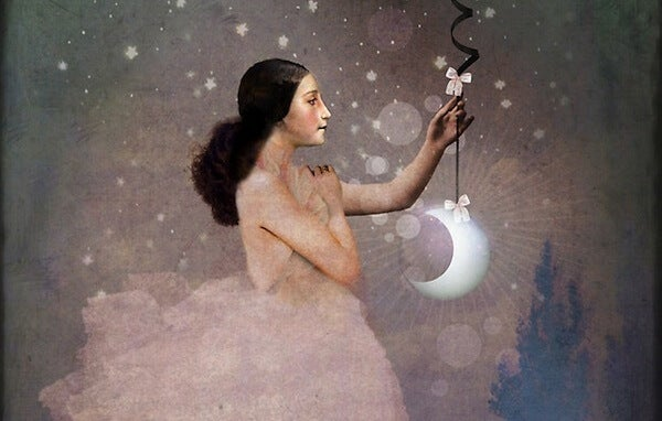 mujer sujetando una luna
