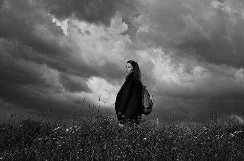 Mujer triste en la tormenta