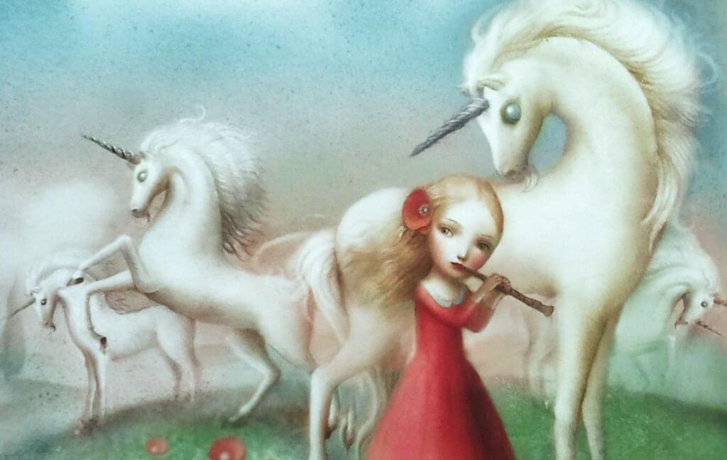 Niña con unicornio tocando la flauta