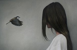 Pájaro y mujer frente a frente