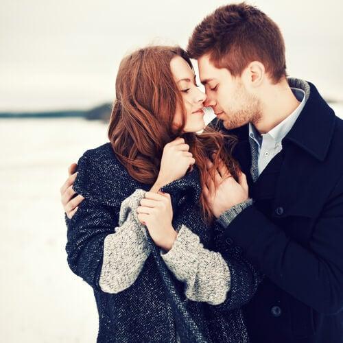 Pareja enamorada abrazándose