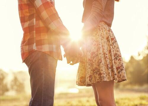 Casal de mãos dadas representando as frases de amor de Mario Benedetti