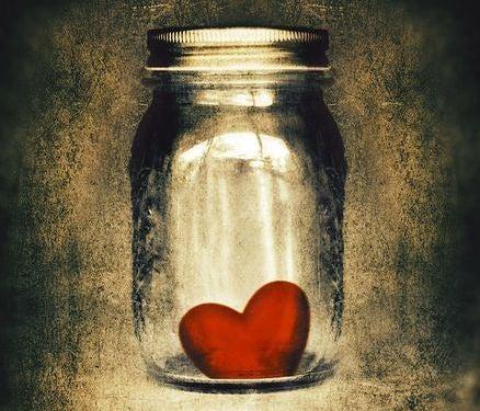 Tarro de cristal con un corazón en su interior