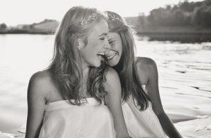 Amigas sonriendo en el río