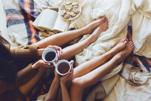 Amigas tomando café y comiendo galletas