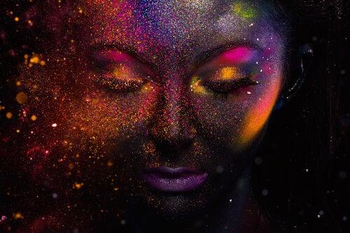 Cara de mujer pintada de colores