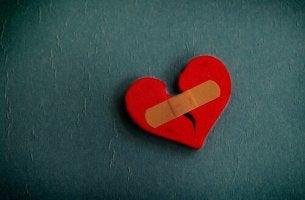 Corazón roto con una herida