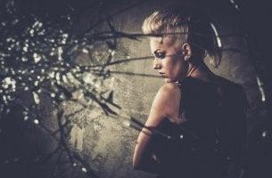 Cristal roto por mujer con ira
