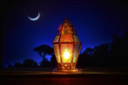Farol iluminado por la noche