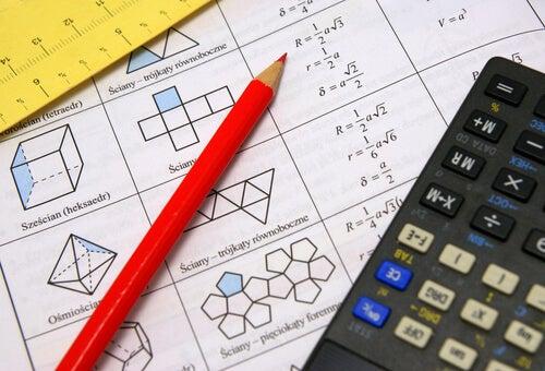 Hoja con problemas de matemáticas un lápiz y una calculadora