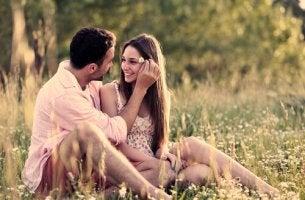 Hombre enamorado colocándole una flor en la cabeza a su chica