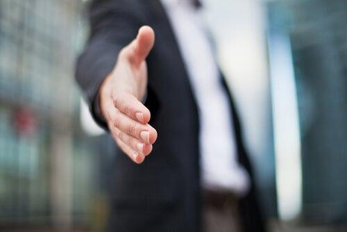 Hombre vestido con traje ofreciendo su mano