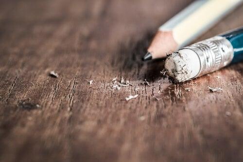 Lápiz y goma de borrar sobre una mesa de madera