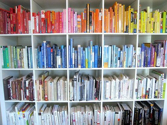 Libros de colores ordenados por una persona perfeccionista