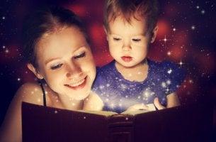 Madre leyendo un cuento a su hijo